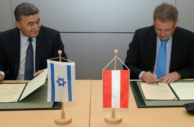 Environmental Protection Minister Amir Peretz (L) and his Austrian counterpart, Andrä Rupprechter. (photo credit: KERN BERNHARD)