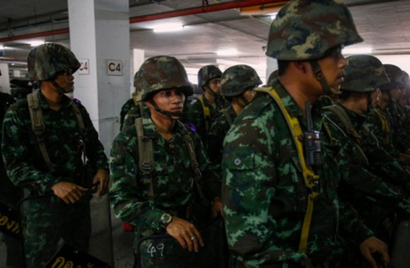 Thai soldiers prepare to deploy around the Army Club in Bangkok May 20, 2014 (photo credit: REUTERS)