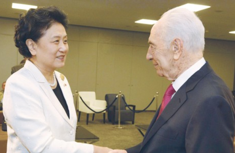 President Shimon Peres speaks with Chinese Vice Premier Liu Yandong (photo credit: GPO)