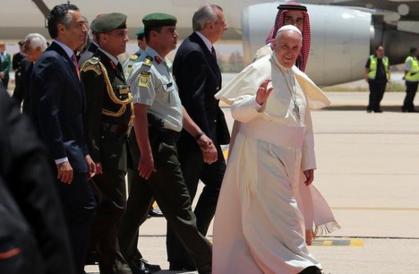 Pope Francis arrives in Amman on the first stop of a three-day Middle East visit, May 24, 2014. (photo credit: REUTERS)