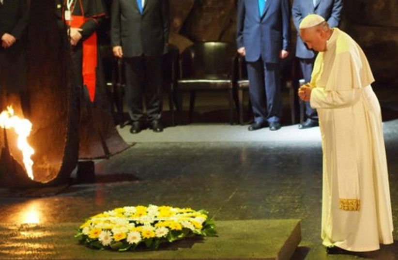 Pope lays wrreath at Yad Vashem (photo credit: SAM SOKOL)