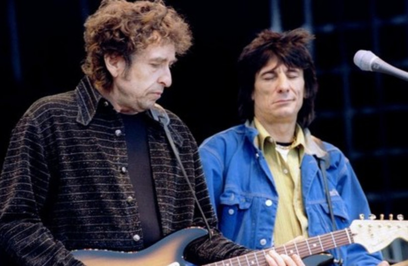 Bob Dylan (L) sings on stage with Ronnie Wood (File). (photo credit: REUTERS)