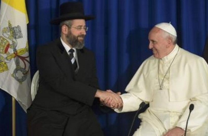 Pope Francis shakes hands with Chief Rabbi David Lau (L) during a meeting in Jerusalem May 26, 2014 (photo credit: REUTERS)