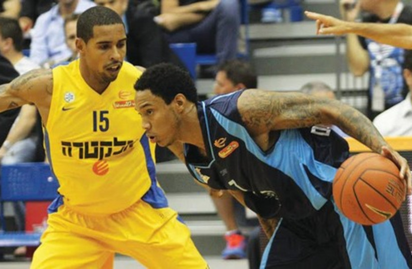 Hapoel Eilat forward Kevin Palmer (right) scored a game-high 19 points in his team's 81-71 home victory over Sylven Landesberg (left) and Maccabi Tel Aviv May 26, 2014. (photo credit: ADI AVISHAI)