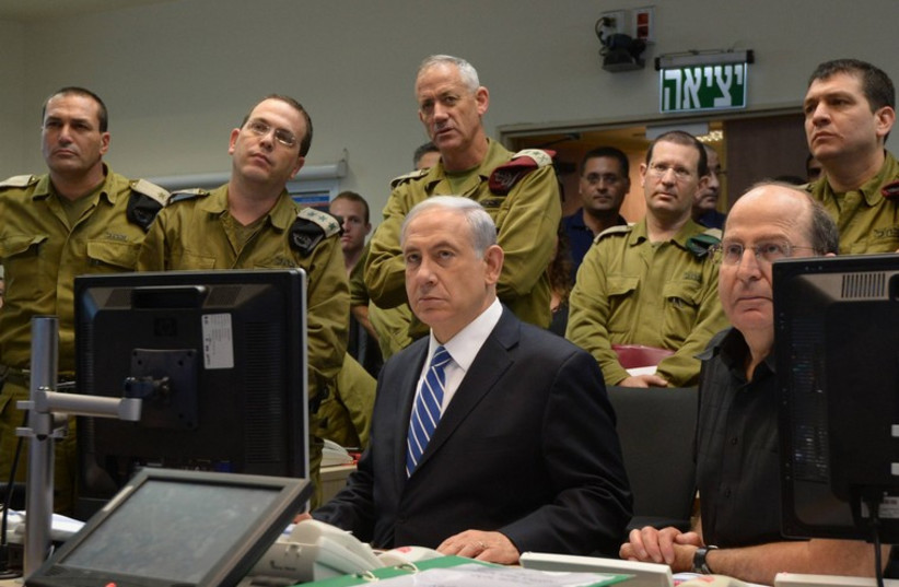 Defense Minister Moshe Ya'alon (bottom right), Prime Minister Binyamin Netanyahu (next to Ya'alon) and the IDF General Staff in the Kirya in Tel Aviv. (photo credit: HAIM ZACH/GPO)