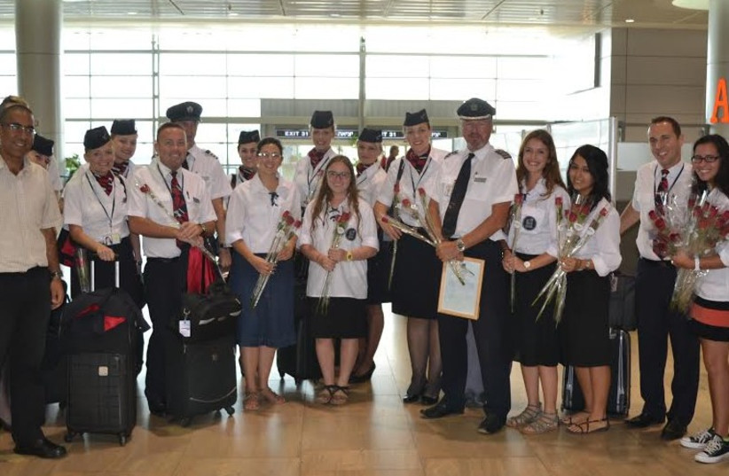 Members of Bnei Akiva youth movement, welcome, thank flight crews for coming to Israel (photo credit: DANIEL WINER)
