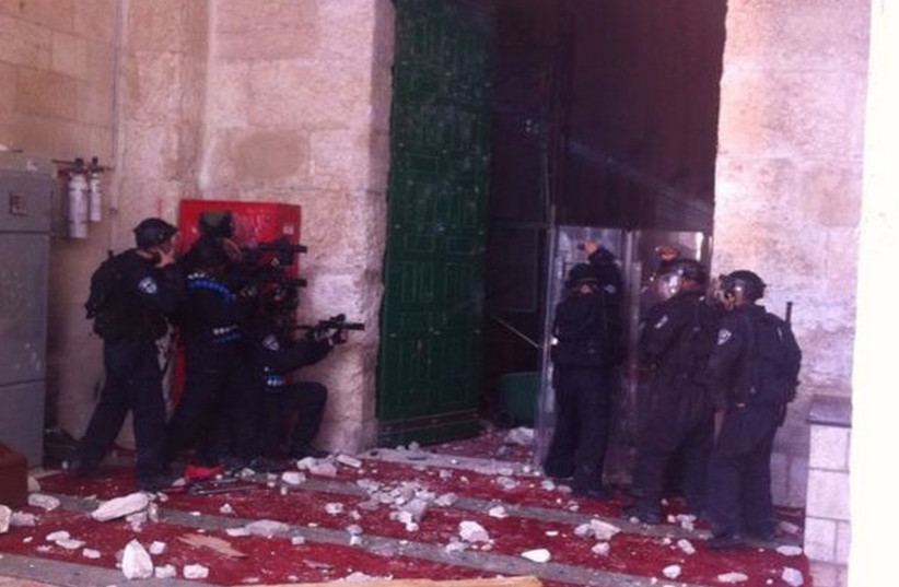 Clashes at Temple Mount (photo credit: JERUSALEM POLICE)