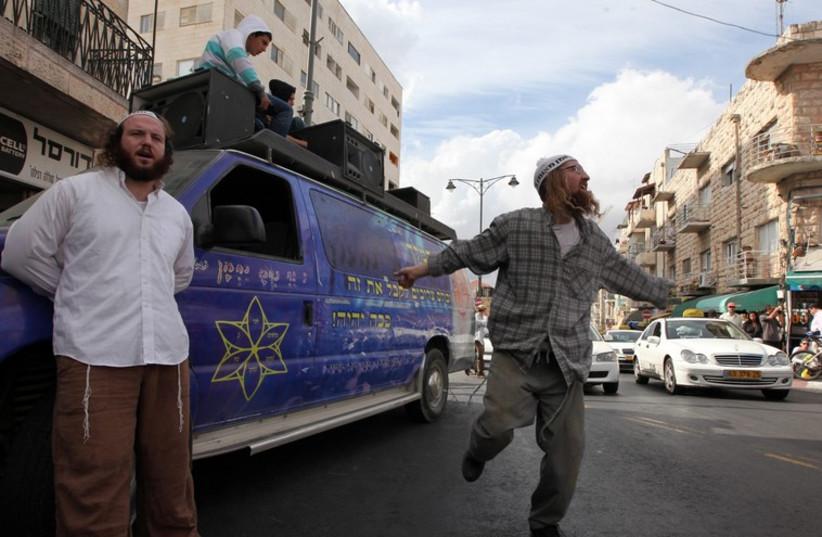 Breslev dancing on Agripas street in Jerusalem (photo credit: MARC ISRAEL SELLEM/THE JERUSALEM POST)