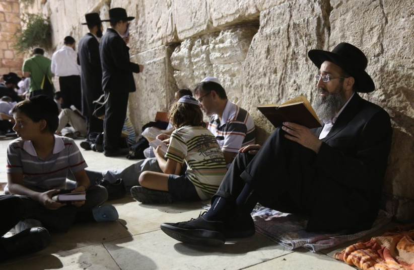 People praying at Western Wall on Tisha Be'av‏ (photo credit: MARC ISRAEL SELLEM/THE JERUSALEM POST)