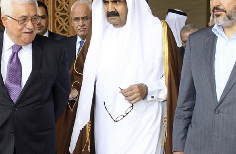 Palestinian President Mahmoud Abbas (L) and Hamas leader Khaled Meshaal (R) walk with Qatar's Emir Sheikh Hamad bin Khalifa al-Thani (photo credit: REUTERS)