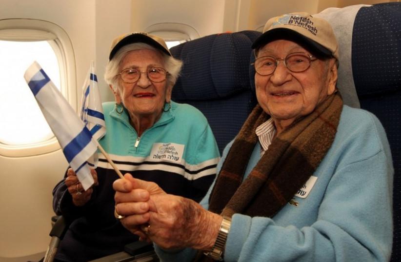 Phillip and Dorothy Grossman, the oldest couple to make aliya. (photo credit: Sasson Tiram; courtesy of Nefesh B'Nefesh)