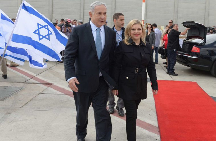 Binyamin and Sara Netanyahu leave for the US. (photo credit: AVI OHAYON - GPO)