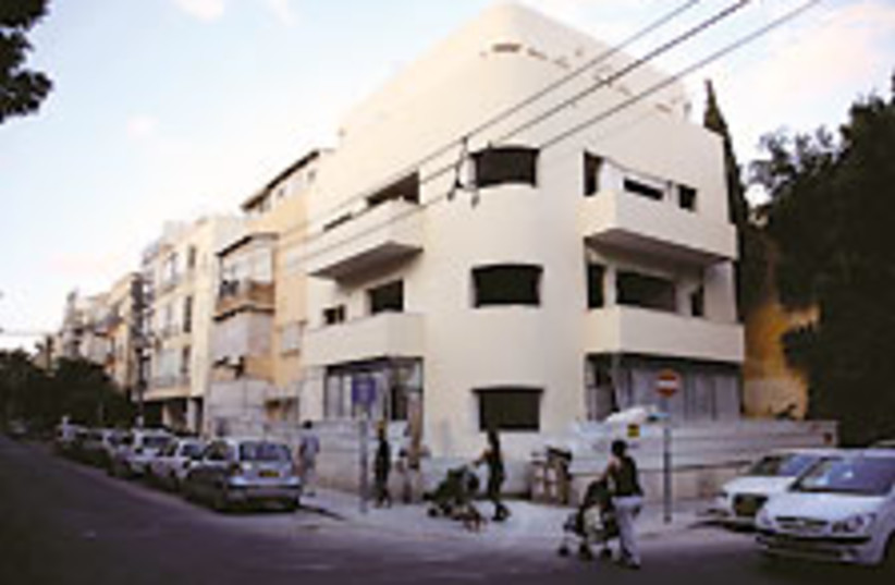 Tel Aviv apt bldg (photo credit: Daniel Cherrin)