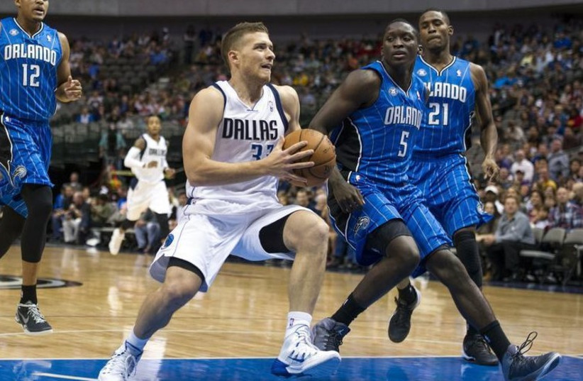 Gal Mekel of the Dallas Mavericks drives to the hoop against the Orlando Magic (photo credit: REUTERS)