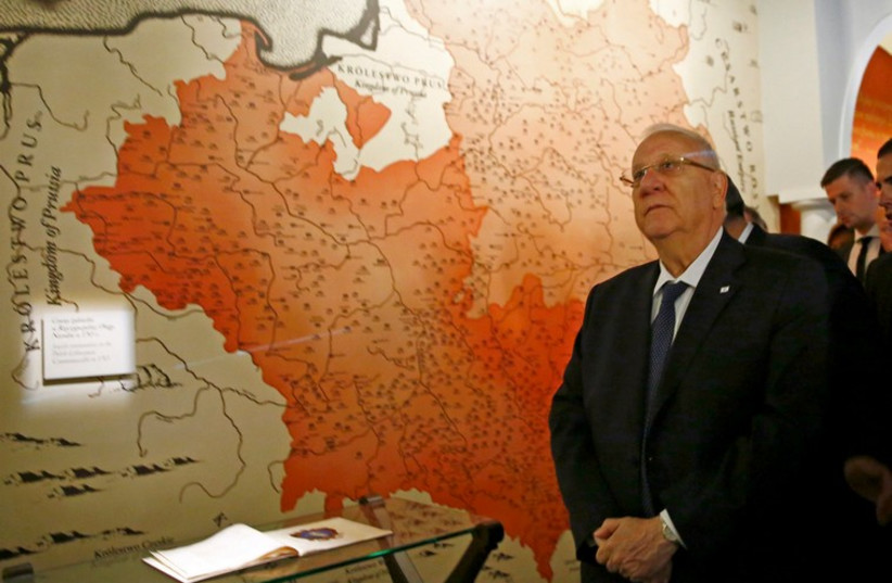 President Reuven Rivlin visits newly built Museum of the History of Polish Jews in Warsaw October 28, 2014. (photo credit: REUTERS)