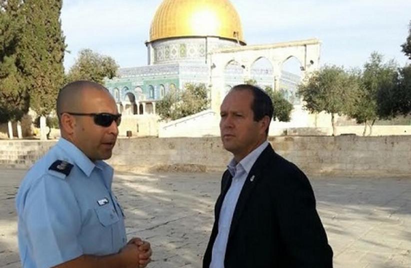 Mayor of Jerusalem Nir Barkat visiting the Temple Mount, October 28, 2014.  (photo credit: MAYOR'S OFFICE)
