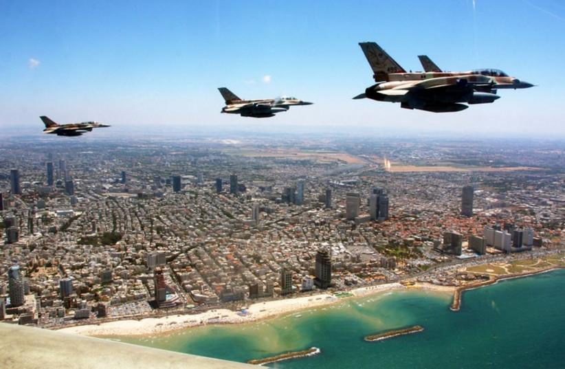 Israel Air Force planes fly over Tel Aviv.  (photo credit: IDF SPOKESPERSON'S UNIT)