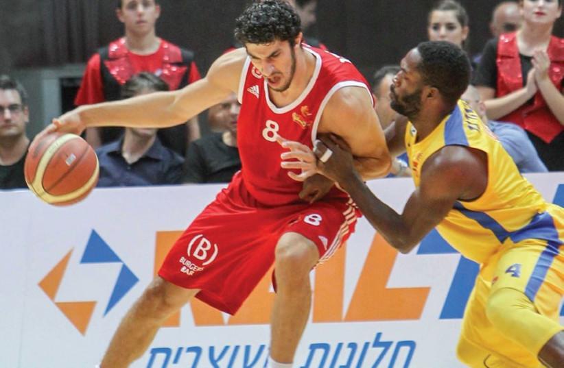 Hapoel Jerusalem forward Lior Eliyahu (L) faces his old team, Maccabi Tel Aviv (photo credit: ADI AVISHAI)