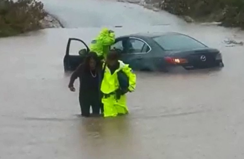 Police rescue driver in flood‏ (photo credit: ISRAEL POLICE)