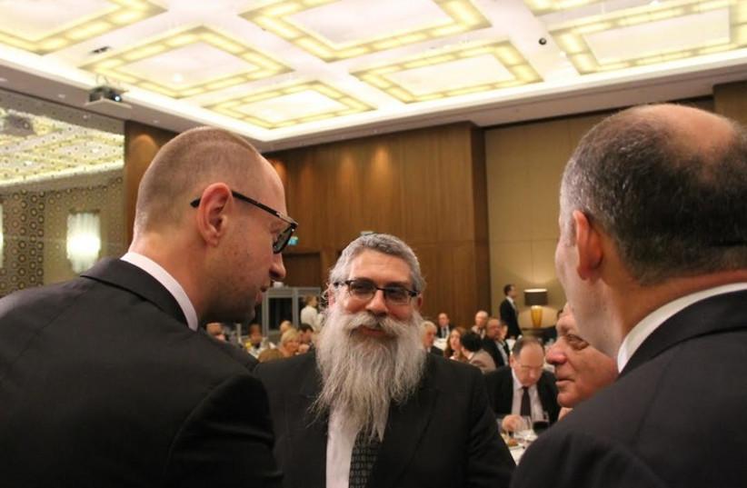 Ukrainian Prime Minister Arseniy Yatsenyuk and Chief Rabbi Yaakov Dov Bleich chat at a dinner in Kiev  (photo credit: SAM SOKOL)