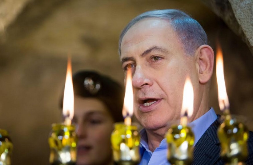 Netanyahu at Hanukka candle lighting ceremony at Western Wall (photo credit: YONATAN ZINDEL/POOL)