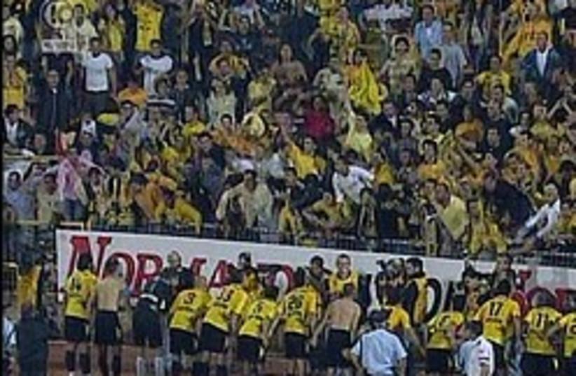 Maccabi Netanya 248.88 posing stupidly (photo credit: Channel 10)