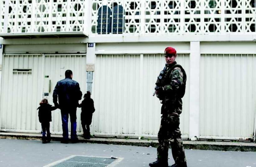 La synagogue de la rue de la Roquette à Paris sous haute surveillance (photo credit: REUTERS)