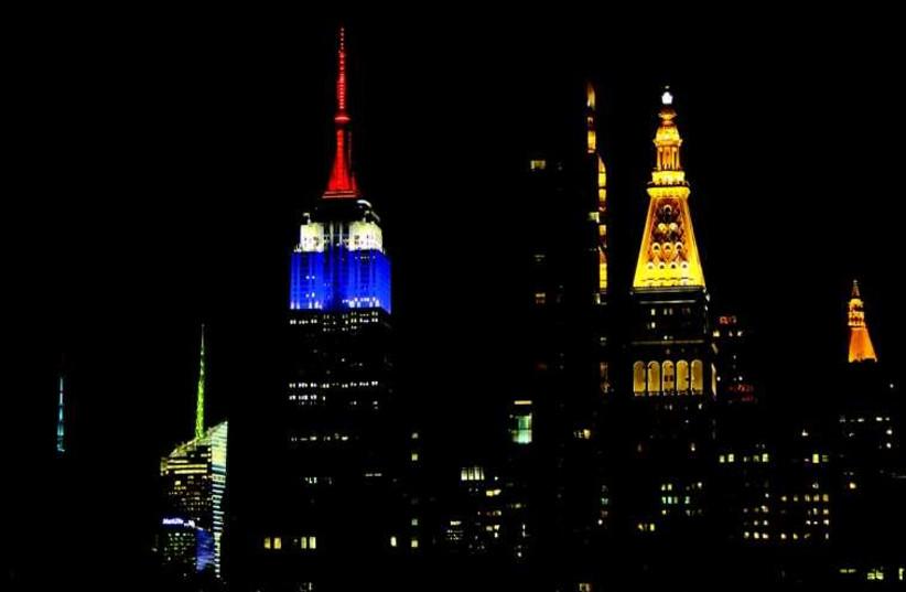 L'Empire State Building de New-York aux couleurs du drapeau français (photo credit: REUTERS)