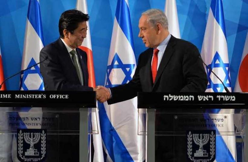 Prime Minister Benjamin Netanyahu (R) welcomes Japanese Prime Minister Shinzo Abe in Jerusalem (photo credit: KOBI GIDEON/GPO)