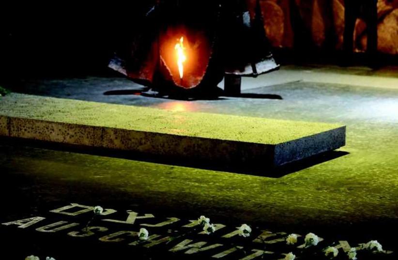 La flamme éternelle dans la crypte de Yad Vashem (photo credit: MARC ISRAEL SELLEM/THE JERUSALEM POST)