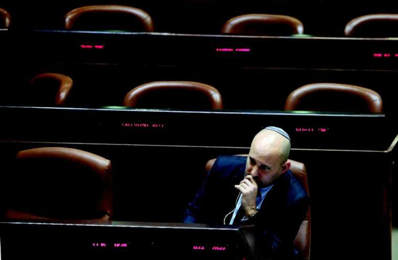 Naftali Bennett à la Knesset cette semaine. Le chef de HaBayit HaYehoudi n'est pas sorti indemne de l'affaire Ohanna. (photo credit: MARC ISRAEL SELLEM/THE JERUSALEM POST)