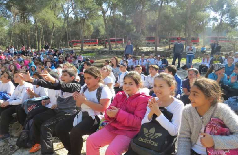 Schoolchildren and Olim 758 (photo credit: KKL-JNF)
