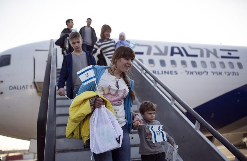 New immigrants from Ukraine make aliya, December 30, 2014 (photo credit: REUTERS)