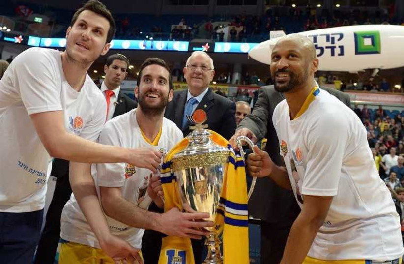President Reuven Rivlin stands behind Maccabi Tel Aviv players after presenting them with the State Cup. (photo credit: PRESIDENTIAL SPOKESPERSON OFFICE)