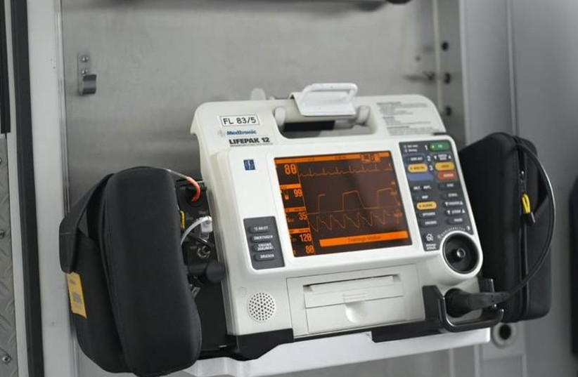 Defibrillator (photo credit: Wikimedia Commons)