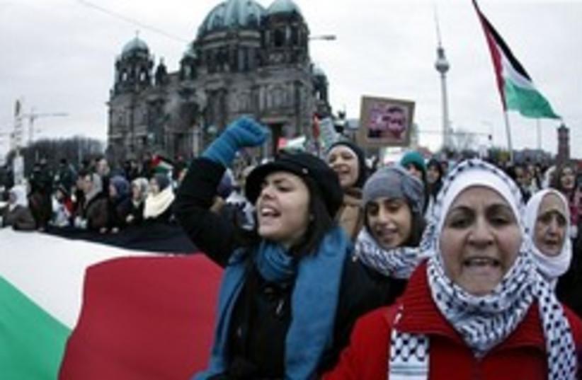 Pro-Palestinian anti-israe berlin 248 88 (photo credit: AP)