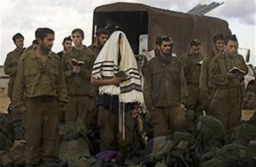 soldiers pray gaza 248.88 (photo credit: AP)