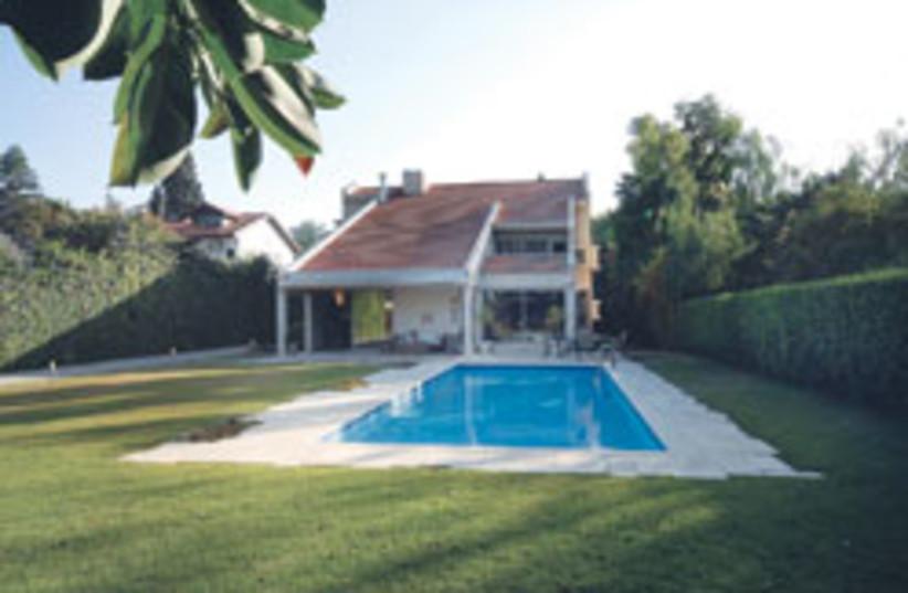 swimming pool house 88 248 (photo credit: Eyal Izhar)