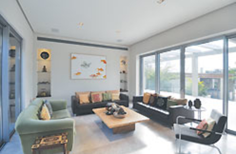 living room 1 88 248 (photo credit: Uriel Messa)