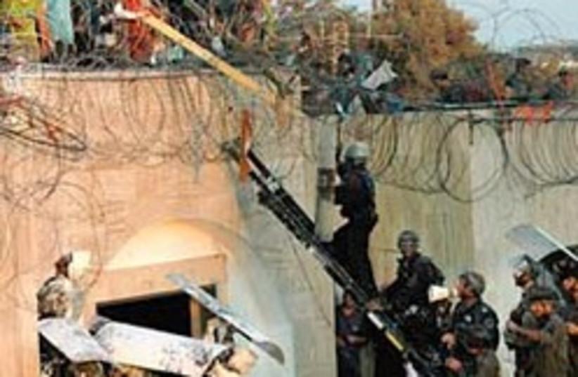 kfar darom disengagement 248 88 (photo credit: AP [file])