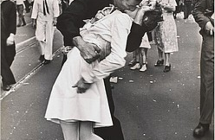 ve day famous picture 248.88 (photo credit: )