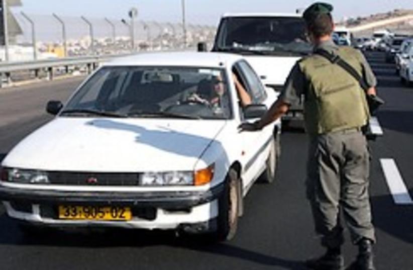 Border policemen check cars 248.88 (photo credit: Ariel Jerozolimski )