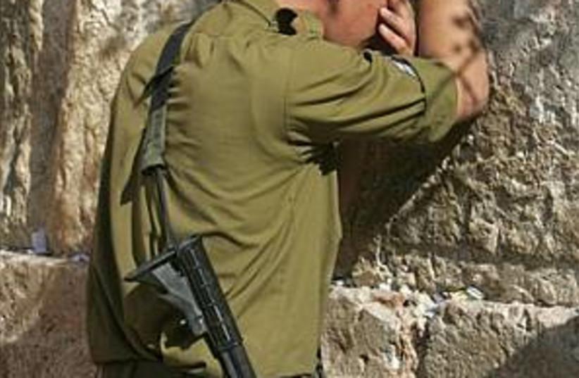 soldier prays 298 (photo credit: )