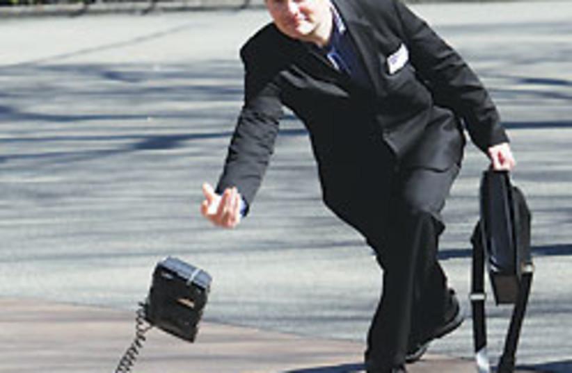 phone toss 88 248 (photo credit: )
