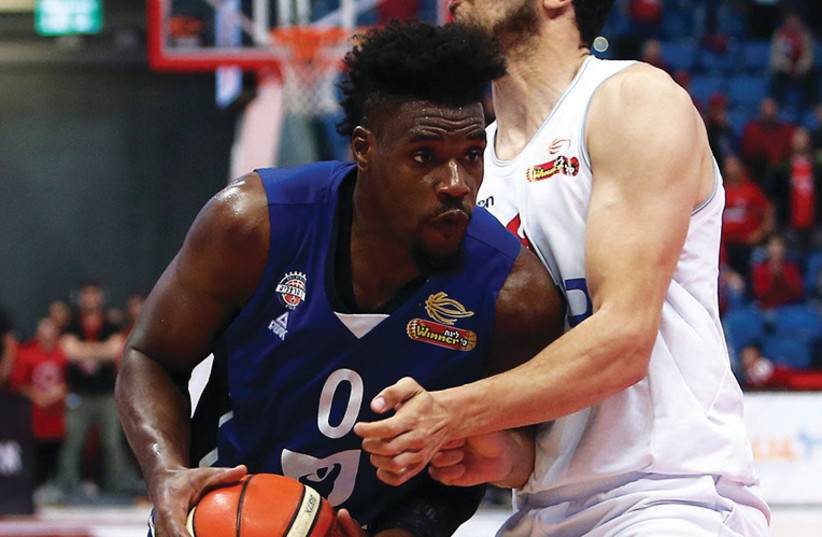 Bnei Herzliya's Jeff Adrien (photo credit: UDI ZITIAT)