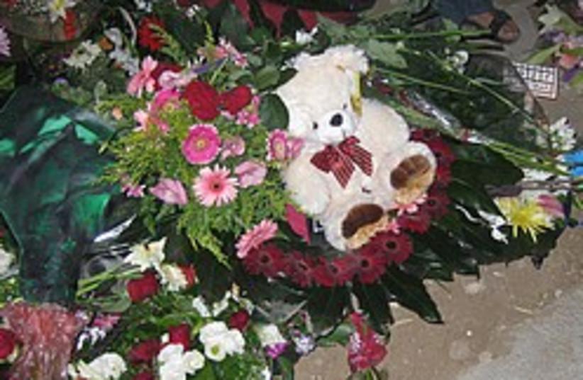 flowers grave oshrenko 248 88 (photo credit: Benjamin L. Hartman)