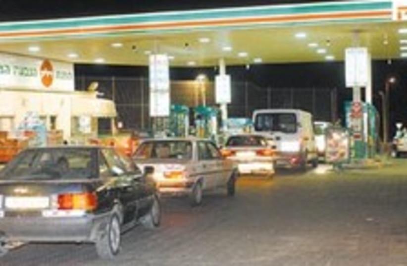 delek gas station 88 298 (photo credit: )