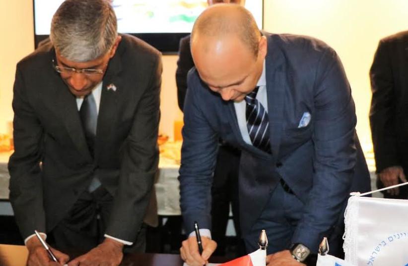 Shiv Vikram Khemka, vice chairman of the SUN Group (left) signs memorandum of understanding in Tel Aviv on Tuesday with Maxim Pasik, executive chairman of Water-Gen. (photo credit: WATER-GEN)