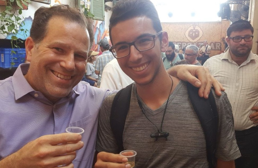 AVI MOSKOWITZ (left) toasting life with a Beer Bazaar patron. (photo credit: Courtesy)