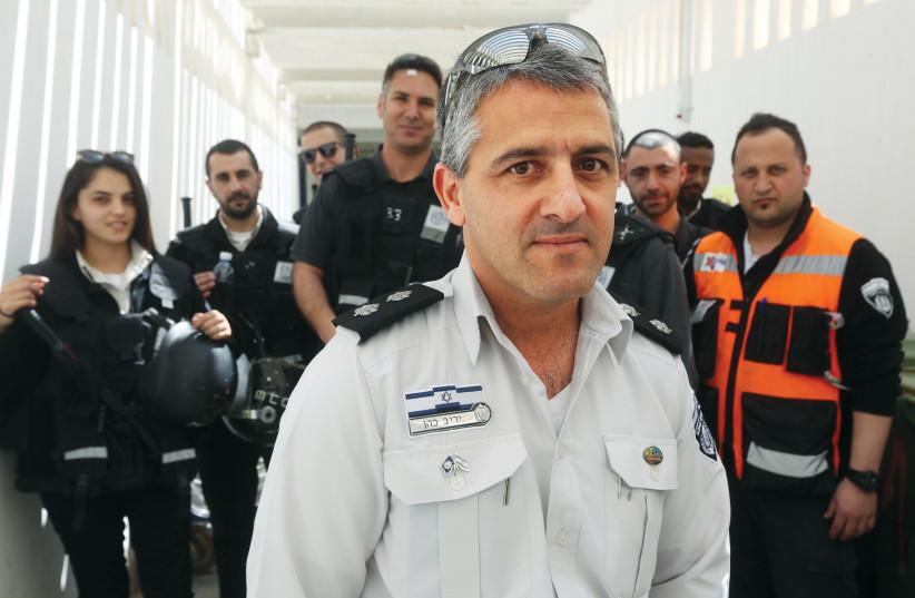 Yariv Cohen et quelques surveillants de la prison (photo credit: ARIEL BSOR)